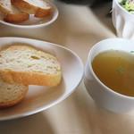 ベツ・バラーレ - フランスパン2切れとコンソメスープ。