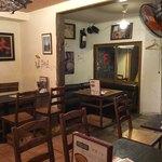 スペイン料理 3BEBES - 店内風景。禁煙エリア?