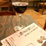 スペイン料理 3BEBES - まずは「赤ワイン」(ちょい飲み手帖)。ハッピーアワーでは300円。