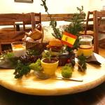 スペイン料理 3BEBES - モダンピンチョスのサイドビュー。