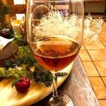 スペイン料理 3BEBES - シェリー酒「オロロソ」(ハッピーアワー300円)。