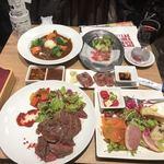 82353658 - 前菜の盛合せ5種盛、ほほ肉のビーフシチュー、近江牛炙りにぎり3貫、熟成肉ハラミステーキ(200g)、お通し(生ハム)、がぶ飲みこぼれワイン
