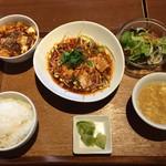 WANG'S GARDEN - 休日ランチメニューの「よだれ鶏&麻婆豆腐」セット