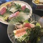 虎丸水産 - 刺身とサラダ