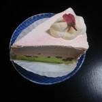 82362413 - 桜と抹茶のケーキ