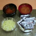 キムカツ - 赤出汁と1回目のキャベツ