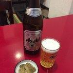 ぶたまん - ビールと付け合わせのザーサイ