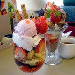 ヴィクトリア ステーション - 苺とチョコのフラミンゴパフェ499円税別