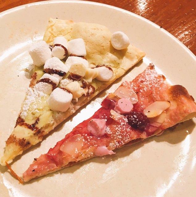 シェーキーズ 横浜西口店 - チョコミントピザ、ピンクのグリオットピザ ストロベリーソース