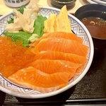 鮨 酒 肴 杉玉 - サーモン親子丼950円