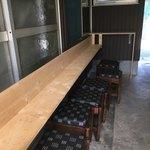 池内うどん店 - 新設されたテーブル こういう若い木材を見ると無性にヴィンテージwax塗り込んでやりたい気持ちになる…