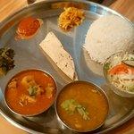 ネパール ミテリキッチンレストラン&バー - ダルバトーセット950円 カレーはポーク(左)をチョイス 右はダル