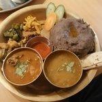 ネパール ミテリキッチンレストラン&バー - ディドセット1350円 左:チキンをチョイス 右:ダル