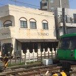 ピッツェリア トニーノ - 外観と世田谷線の電車