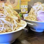 高木のぶぅ - ラーメン大盛500g+野菜マシ(右)との比較