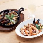 ジョリーパスタ - NEW!(左)貝のペペロンチーノオーブン焼きNEW!(右)漁師のガーリックソテー