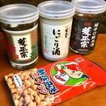 酒舗 菱正宗 - 今回買ったお酒とおつまみ。例によって、新幹線さくら号車内にて記念撮影。