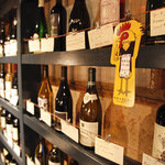 イカリヤ食堂 - ずらり並ぶワインはなんと1890円〜tグラス500〜!