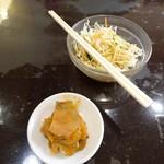 海南飯店 - ランチのサラダとザーサイ