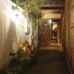 イカリヤ食堂 - 露地奥が店内です