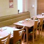 一富士 - 4名掛けのテーブル席。