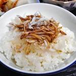 柳屋 - 朝食(シラス干しをご飯にのせて)