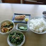 はしもと - 塩サバ、ほうれん草おひたし、厚揚げの煮物、ごはん大盛り、キュウリ漬物
