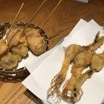 飯場 - 串揚げ(牡蠣チーズベーコン巻280円、にんにんにんにく250円)