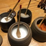 飯場 - 卓上の串揚げ用の塩等