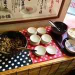 元祖糸島ラーメン 銅鑼 - セルフサービスコーナー(辛子高菜&生にんにく)