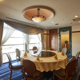 回転テーブルのある広々とした個室は接待や会食に最適◎