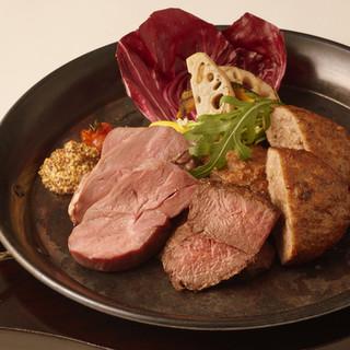 今話題の炭炙り肉料理食べ比べ♪