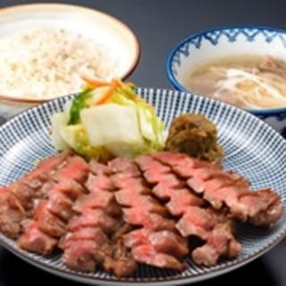 本場仙台牛たんは3日以上熟成させた肉を炭火で焼いた極上の逸品