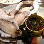 ととや - 生牡蠣食べ比べセット。産地別に二個一組で一人前。結構違うものですね‼️驚きました。