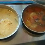 82434620 - ミックス野菜のココナッツカレー(左)、サンバールカレー(右)