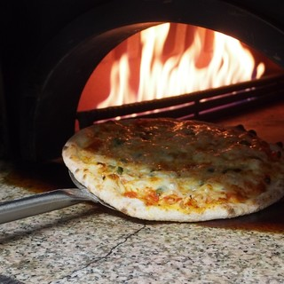 石窯で焼く本格ピッツア!焼きたて熱々のままご提供♪