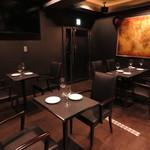牡蠣&海老バル EAST BLUE - 気軽にお寛ぎ頂けるテーブル席