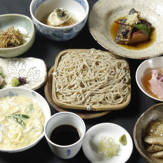 選び抜かれた食材と蕎麦屋料理の数々