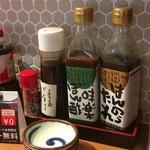 土佐清水ワールド - カウンター上の調味料
