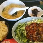 松乃木飯店 - 中国風味噌醤油焼き肉定食   玉子チャーハンと中華スープと福神漬け