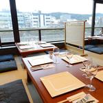 京 French Grill&Buffet 先斗町 HIGUCHI - 鴨川が一望できる窓際のお席は夏の風物詩、川床気分が味わえます。お席料などはかかりませんので、ぜひお気軽にご予約をお願いいたします。