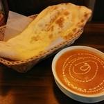ガンジー - 料理写真:「ミックスシーフードカレー」にナン