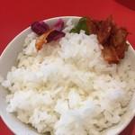 ラーメン 骨々亭 - ライス  昼は食べ放題で100円 漬け物も数種類あり。