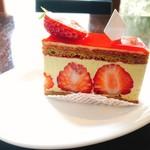 82457402 - イチゴの断面とピスタチオの淡いグリーンが美しい(;ω;)