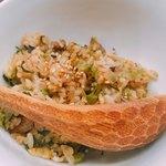 麺や すずらん亭 - スジ肉を使ったガーリックライス