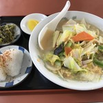 市役所食堂 鳥栖飯店 - 料理写真:五目そば=500円 おにぎり=100円