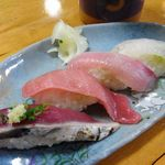 四季波 - おまかせ2の皿。地魚3カンとトロ。