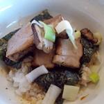 82475633 - 背脂煮干しそば+炙り肉チャーシューご飯。850円+250円(昼)
