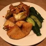 韓国食堂 ジョッパルゲ - キムチの三種盛