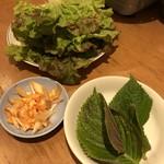 韓国食堂 ジョッパルゲ - サンチュ、エゴマの葉など